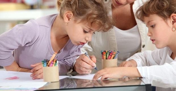 Quand les parents sortent : où et comment faire garder les bambins ?